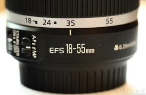 Objektiv Canon EF-S18-55 IS z boku.